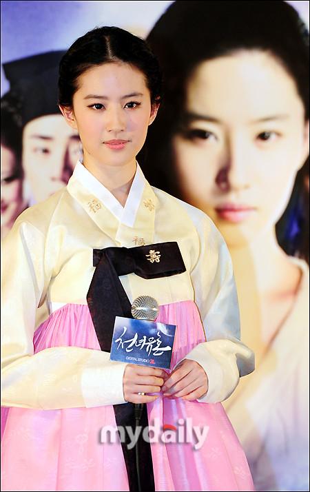刘亦菲着韩服宣传倩女 素颜机场照被赞