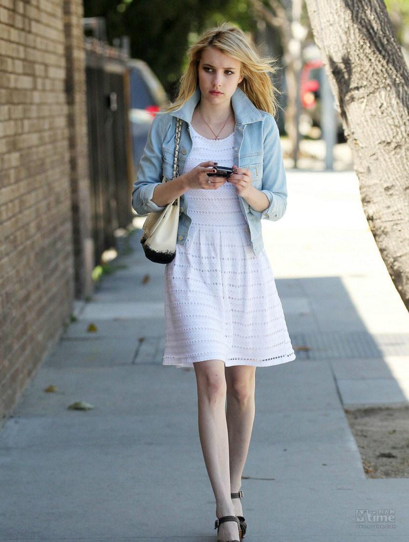 艾玛罗伯茨街拍_艾玛罗伯茨街拍白皮肤筷子腿的美女很会穿