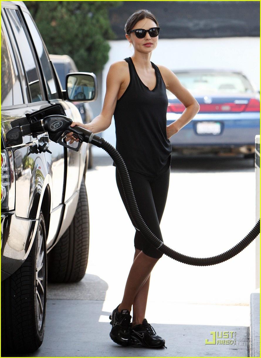 时光网讯 当地时间7月4日,超模米兰达可儿现身LAX机场,怀抱她与老公奥兰多布鲁姆的小王子Flynn,成一道养眼风景。小Flynn身穿条纹上衣与大红裤子,好奇宝宝乐不停,可儿则黑色T恤搭配牛仔裤,秀出完美身形,还不慎露出丰满胸部,性感诱人。这位28岁的辣妈在最近一次访问中透露自己的修身秘诀是瑜伽。 (编辑:)