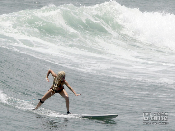 lady gaga海边露素颜 大玩冲浪姿势生猛