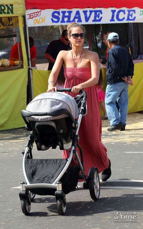 而当这些美丽熟女们带着小宝宝一起出街,一个风韵十足,一个天真可爱