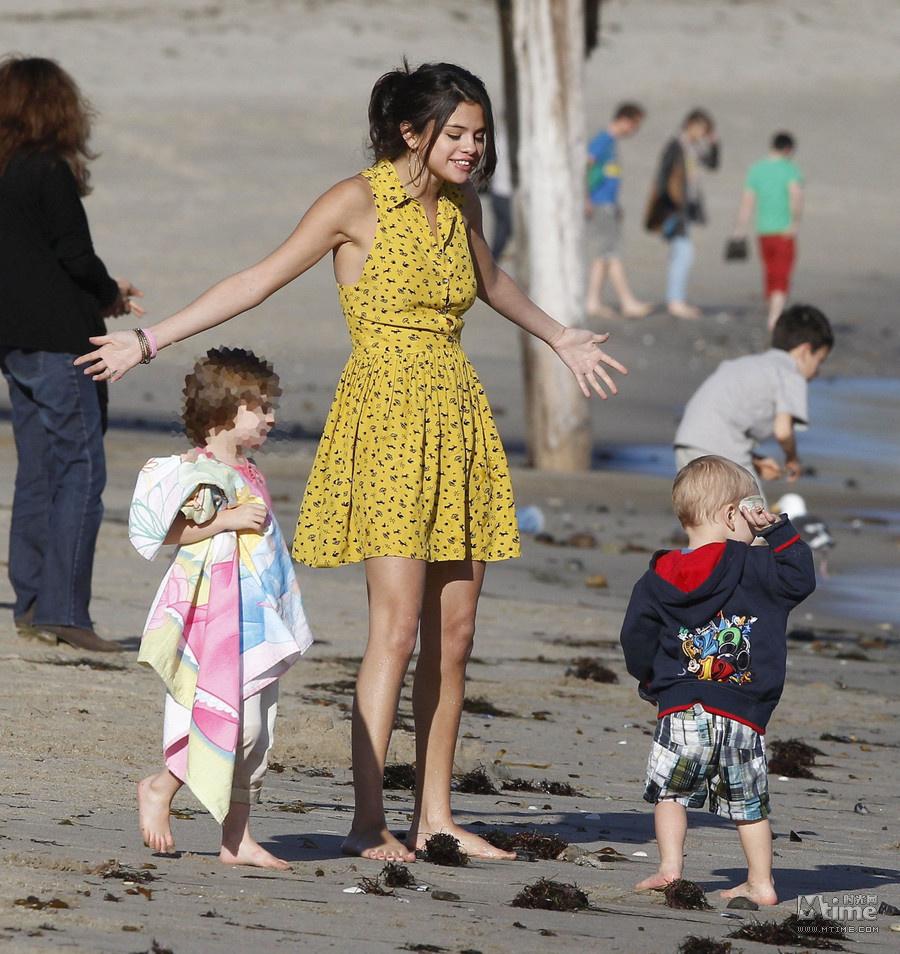 比伯带家人海边度假 赛琳娜扮保姆尽职险走光