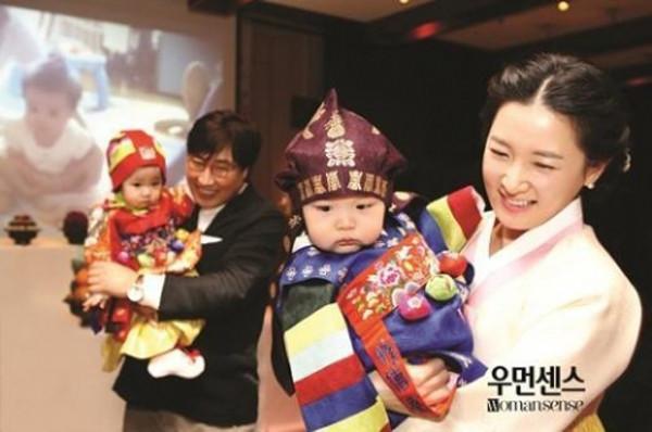 时光网讯 韩国女性杂志《Womansense》三月号登载了李英爱夫妇于20日在首尔市南山某酒店为双胞胎子女举行周岁宴时的照片,这是李英爱首次公开龙凤双胞胎的照片。据悉,当日的周岁宴是非公开进行,只邀请了李英爱夫妇的亲朋好友,而演员全智贤也在道贺人群当中。 (编辑:KJJ)