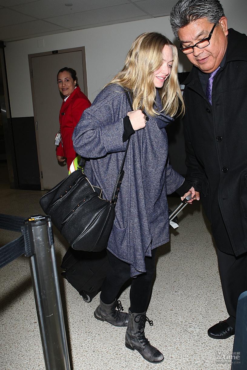 阿曼达超素颜现身机场 笑容甜美宛若妙龄少女