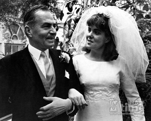 23岁的琳恩·雷德格瑞夫与前辈詹姆斯·梅森合作《乔琪姑娘》