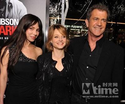 今年1月 梅尔·吉布森与女友奥克莎娜,朱迪·福斯特出席《黑暗边缘》
