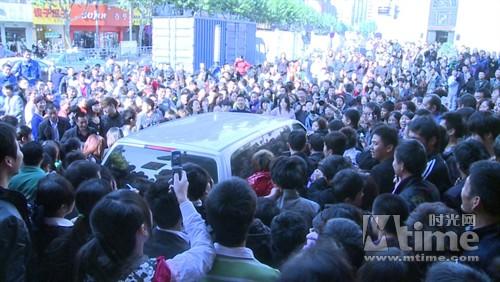 围观人群引起骚乱