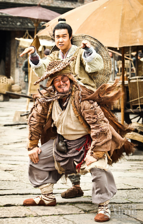 """《铁拳》系列游戏中三岛平八的招牌眉毛和发型的""""大内高手""""曾志伟,穿"""