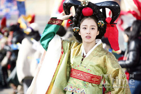 金泰熙古装秀美扮相 变身公主欢乐玩自拍