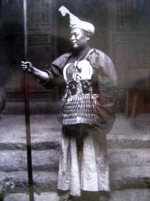 彝族文化的特色颇为鲜明,上面绣制了火与云彩的花纹,火是彝人的图腾