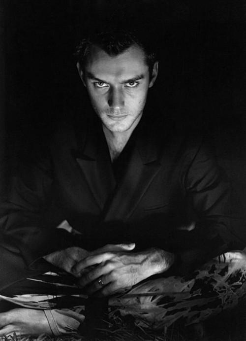 黑白格调的裘德洛,众多影迷的英伦情人.
