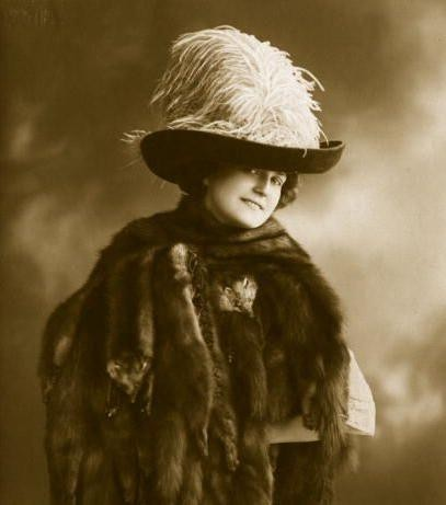 百年前欧洲美女的夸张帽饰