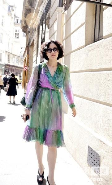 nbsp; 王菲潮装逛街   近日,记者在街头偶遇王菲素颜逛街