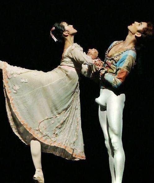 哥表演的芭蕾就敢在美女面前雄起!