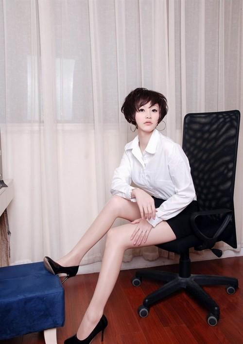 美丽干练的长腿丝袜美女 『初体验』Club招待