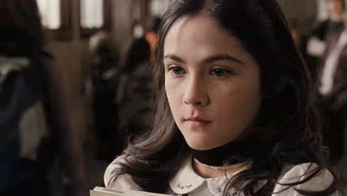 你们不觉得伊莎跟演《可爱的骨头》里面的女孩有些相似吗?