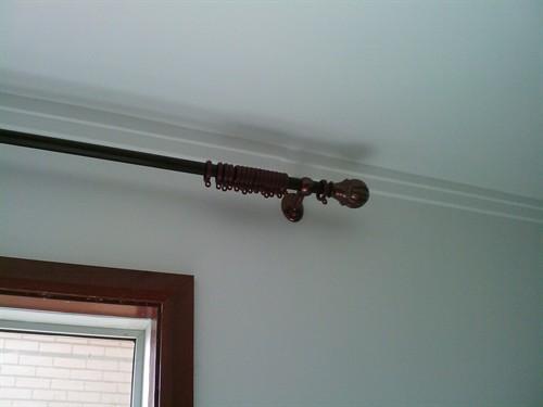 客厅窗户上安装了罗马杆