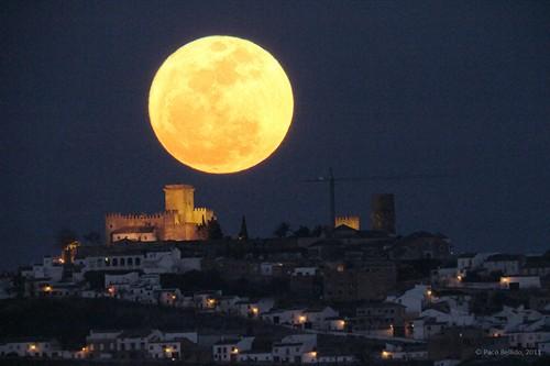 是使用长镜头拍摄,号称本世纪初最美的超级月亮