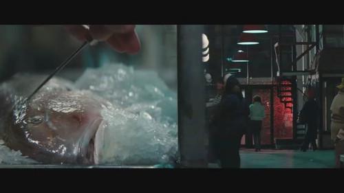 电影分屏_另外为了叙事方便,电影的开场也用了一段很长时间的分屏镜头,来同时