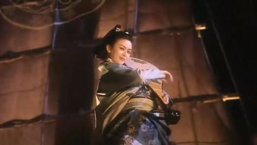 陈木胜《新仙鹤神针》(1993),关之琳饰演的蓝小蝶手执琵琶站在船头