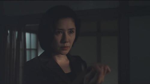 宫本来到大贞家,从志津子的照片后面找到了伊熊博士住处的线索.
