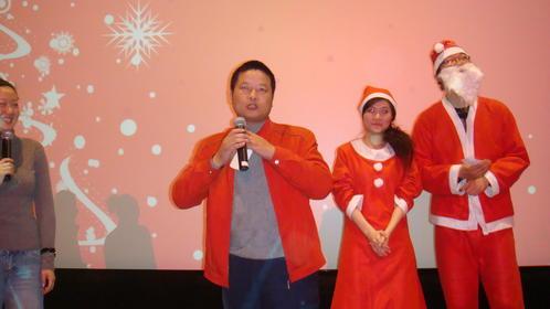 最幸运观众与圣诞帅哥、美女合影