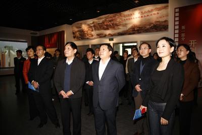 出席开展仪式的领导及嘉宾参观影像展